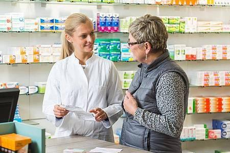 Mit viel Einfühlungsvermögen und Fachwissen erklären PTA den Patientinnen und Patienten die richtige Einnahme von Medikamenten. Foto: Benjamin Nolte/dpa-tmn