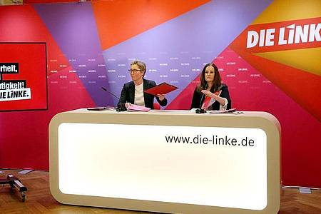 Susanne Hennig-Wellsow (l) und Janine Wissler, beide Vorsitzende der Linken, stellen auf einer Pressekonferenz einen Entwurf des Wahlprogramms der Linken zur Bundestagswahl 2021 vor. Foto: Wolfgang Kumm/dpa