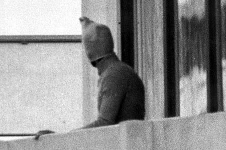 Ein vermummter arabischer Terrorist zeigt sich auf dem Balkon des israelischen Mannschaftsquartiers im Olympischen Dorf der Sommerspiele. Foto: dpa