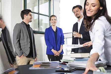 Nicht unbedingt Führungsaufgabe: Werden neue Mitarbeiter an Bord geholt, können auch Teammitglieder oder Personalreferenten sich an der Einarbeitung beteiligen. Foto: Florian Küttler/Westend61/dpa-tmn