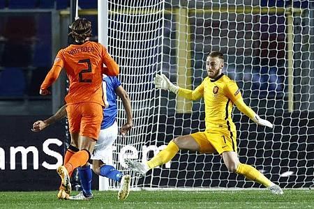 Lorenzo Pellegrini (l) aus Italien erzielt das 1: 0. Der niederländische Torwart Jasper Cillessen (r) scheitert bei der Abwehr. Foto: Koen Van Weel/ANP/dpa