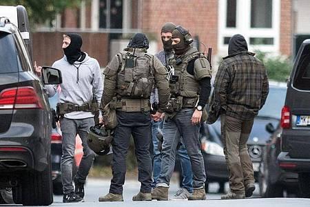 Einsatzkräfte stehen nach der beendeten Geiselnahme auf dem Gelände der JVA Münster. Foto: Bernd Thissen/dpa