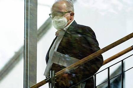 DFB-Präsident Fritz Keller auf dem Weg zur Verhandlung. Foto: Sebastian Gollnow/dpa