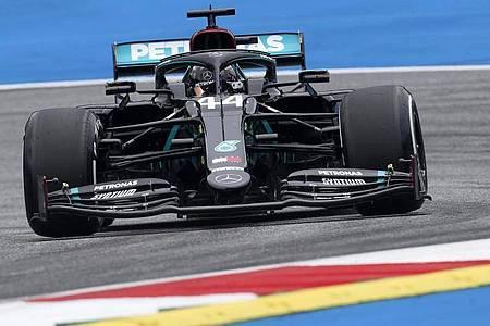Lewis Hamilton rast im Mercedes über die Rennstrecke im österreichischen Spielberg. Foto: Darko Bandic/AP/dpa