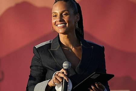 Alicia Keys spricht auf der Wahlkampfveranstaltung von Kamala Harris in Phoenix. Foto: Matt York/AP/dpa