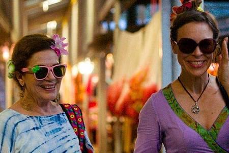 Anneliese Behrens (Hannelore Elsner) und Susanne Neuendorff (Anneke Kim Sarnau) beim Shoppen auf dem Markt. Foto: BR/Dominik Elstner/dpa