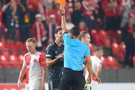 Schiedsrichter Fabio Verissimo zeigt Berlins Paul Jaeckel (r) die Rote Karte. Foto: Robert Michael/dpa-Zentralbild/dpa