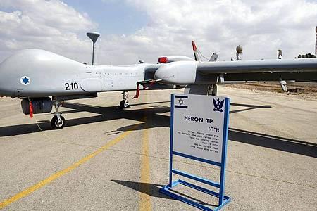 Eine israelische Drohne vom Typ Heron TP, die auch an die Bundeswehr geliefert werden soll, ist auf der Luftwaffenbasis Tel Nof ausgestellt. Foto: Abir Sultan/EPA/dpa