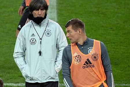 Bundestrainer Joachim Löw (r) und Toni Kroos (l) im Gespräch. Foto: Federico Gambarini/dpa