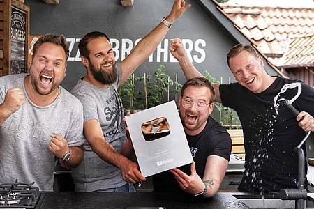 Auf Unterhaltung setzen die «Sizzle Brothers», Hannes, Julian, Corbinian und Alex mit ihrem BBQ-Podcast «Nice to meat you». Foto: Sizzle Brothers/dpa-tmn