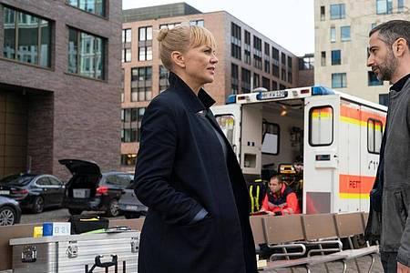Helen Dorn (Anna Loos) und Tayfun Murat (Denis Moschitto) in «Die letzte Rettung». Foto: Georges Pauly/ZDF/dpa