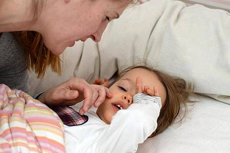 Müde Kinder reiben sich die Augen - das ist ganz normal, wenngleich es rein medizinisch betrachtet nicht so ratsam ist. Foto: Andrea Warnecke/dpa-tmn