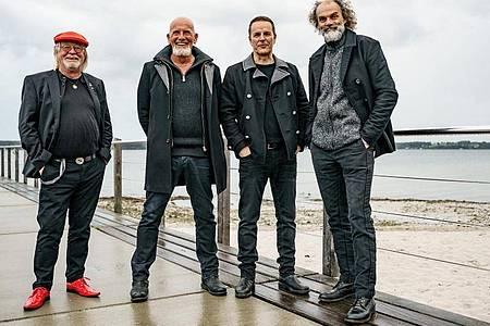 Die Band Santiano reklamiert die Albumspitze für sich. Foto: Axel Heimken/dpa