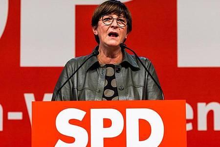 SPD-Chef Saskia Esken wirbt auf dem Landesparteitag in Freiburg für die Ampel-Koalition. Foto: Philipp von Ditfurth/dpa