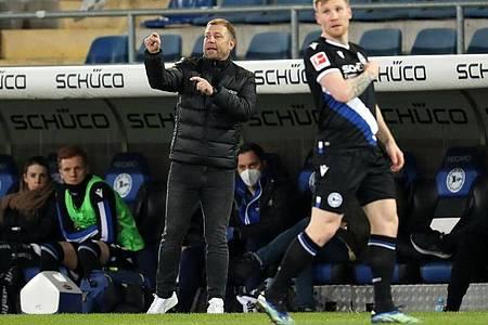 Bielefelds neuer Coach Frank Kramer (lsteht vor der Aufgabe, mit seinen Profis mehr Durchschlagskraft beim Angreifen einzuüben. Foto: Friso Gentsch/dpa