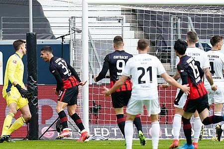 André Silva (2.v.l.) brachte Frankfurt beim Heimsieg gegen UnionBerlin früh in Führung. Foto: Uwe Anspach/dpa
