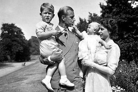 Familienidyll:Prinzessin Elizabeth hält Prinzessin Anne in den Armen und Prinz Philip trägt den kleinen Charles (1951). Foto: Pa/PA Wire/dpa