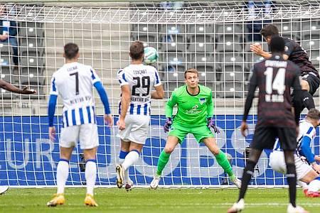 Marc Oliver Kempf (r) brachte den VfB Stuttgart bei Hertha BSC auf die Siegerstraße. Foto: Andreas Gora/dpa