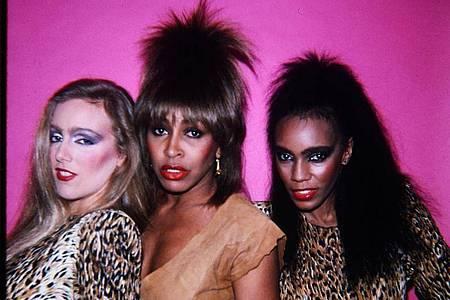 Tina Turner (m.) mit Tänzerinnen in den frühen 80er Jahren in einer Szene der Dokumentation «Tina». Foto: Universal Pictures/dpa