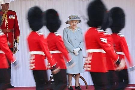 Königin Elizabeth (m.) schaut den Gardisten bei der Parade auf Schloss Windsor zu. Foto: Chris Jackson/PA Wire/dpa