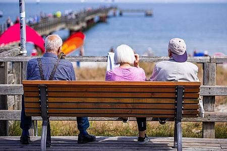 Rentner in Deutschland erwartet im kommenden Jahr eine «ordentliche» Erhöhung ihrer Bezüge. Foto: Jens Büttner/dpa-Zentralbild/dpa