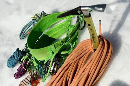 Zur Ausrüstung für Bergführer gehören zum Beispiel Gurt, Seil, Reepschnüre, Karabiner und Eispickel. Foto: Angelika Warmuth/dpa-tmn