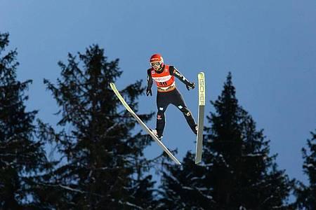 Der Deutsche Markus Eisenbichler springt auf der Hochfirstschanze in Titisee-Neustadt. Foto: Philipp von Ditfurth/dpa