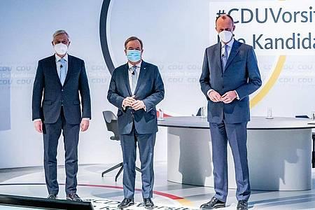 Die drei Kandidaten für den CDU-Parteivorsitz Friedrich Merz, Armin Laschet (M) und Norbert Röttgen (l) stehen vor Beginn einer Diskussionsrunde im Konrad-Adenauer-Haus. Foto: Michael Kappeler/dpa