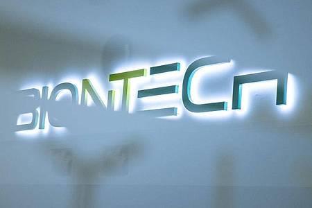 Das Logo der Firma Biontech am Produktionsstandort in Marburg. Foto: Boris Roessler/dpa