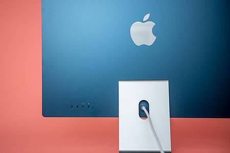Ganz schön blau! Die neuen iMacs werden auch in bunten Farben angeboten. Foto: Zacharie Scheurer/dpa-tmn