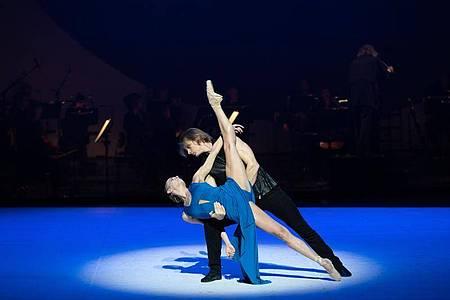 Die Tänzer Anna Laudere und Edvin Revazov bei einer Fotoprobe des ««Beethoven-Projekt II» von John Neumeier. Foto: Daniel Reinhardt/dpa