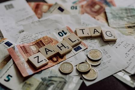 Zahltag Motiv Geldschiene und Rechnungen
