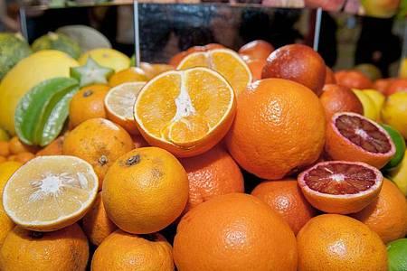 """Orangen liegen mit anderen Zitrusfrüchten in Körben auf der Messe """"Grüne Woche"""". Foto: Felix Zahn/dpa"""