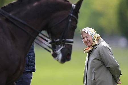 Queen Elizabeth betrachtet das Doppel-Weltmeister- Dressurpferd Valegro bei der Royal Windsor Horse Show 2019. Foto: Andrew Matthews/PA Wire/dpa