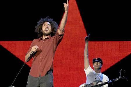 Die US-Band «Rage Against The Machine» mit dem Sänger Zack de la Rocha (l) und dem Gitarristen Tom Morello (2010). Foto: Alberto Martin/epa efe/dpa