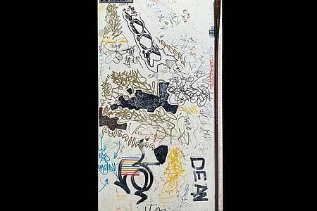 Ein einzigartiges Kunstwerk - die bekritzelte Kühlschrank-Tür von KeithHaring. Foto: Auktionshaus Guernsey`s/dpa