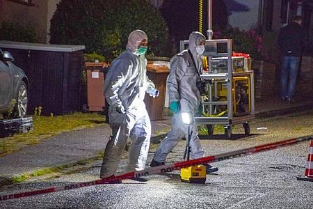 Beamte der Spurensicherung bei der Arbeit in Bammental. Foto: Julian Buchner/dpa