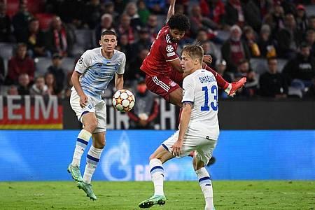 Serge Gnabry (M) rückte bei den Bayern für Benjamin Pavard in die Startelf und traf zum 3:0. Foto: Sven Hoppe/dpa