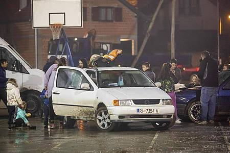 Menschen stehen neben Fahrzeugen, während sie aus Angst vor Nachbeben die Nacht im Freien verbringen. Foto: Davor Puklavec/Pixsell/Xinhua/dpa