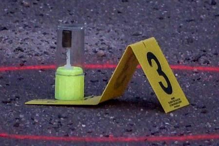 Eine Schussabgabe der Polizisten als Beweisstück. Foto: Thomas Schulz/dpa