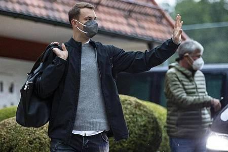 Manuel Neuer bei der Ankunft im Teamhotel des DFB-Teams in Stuttgart. Foto: Tom Weller/dpa