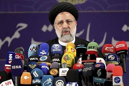 Ebrahim Raisi, Chef der Justizbehörde des Irans, spricht mit Pressevertretern nachdem er sich als Kandidat für die Präsidentschaftswahlen registriert hat. Foto: Ebrahim Noroozi/AP/dpa