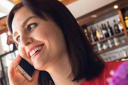 Bei Mobilfunk-Jahrespaketen sollte man genau prüfen, was drinsteckt. Foto: Christin Klose/dpa-tmn