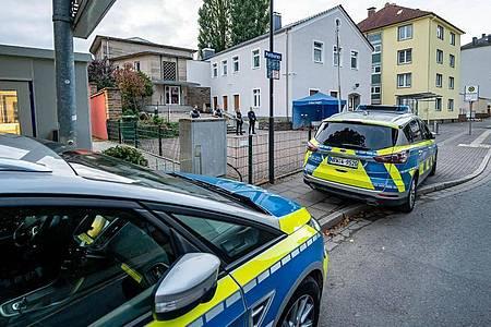 Polizeifahrzeuge vor der Synagoge in Hagen. Foto: Markus Klümper/Sauerlandreporter/dpa