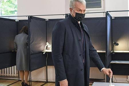 Gitanas Nauseda, Präsident vonLitauen, gibt in einemWahllokal seine Stimme ab. Foto: Uncredited/Lithuanian President`s Office/AP/dpa