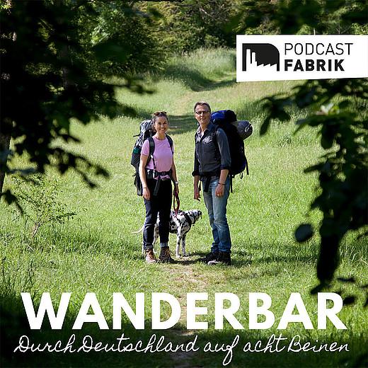 Wanderbar Podcast Cover - Jule und Markus mit Dalmatinerdame Lily auf einem Waldweg