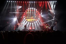 Blick auf die beleuchtete Bühne bei der Australian Pink Floyd Show