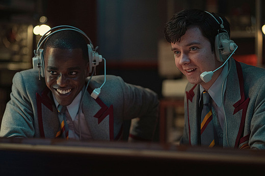 Zwei Jungen mit Headsets in der Serie Sex Education