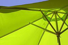 Grüner Sonnenschirm von unten