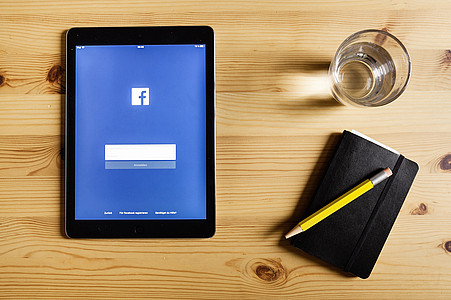Tablet mit Facebook-App